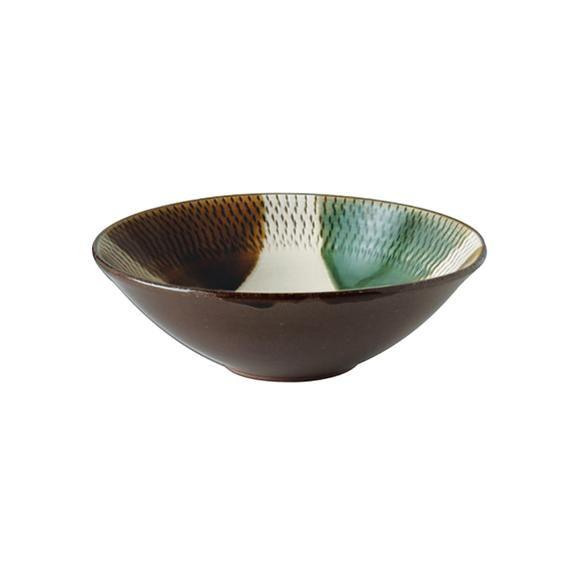 透明感のある飴釉と織部を掛けた、取り鉢です。 深さがあるので、おでんや煮込み料理の取り鉢として使いやすいサイズ。  【商品の特性とお取扱いについて】 ・陶器製 ・飛鉋(とびかんな)の紋様は、白化粧した器をロクロで回転させながら紋様を彫り込んでいきます。その飛鉋の上に透明感のある飴釉と織部釉を掛けた表情豊かなシリーズです。 ・釉掛けはひとつひとつ手作業のため、釉の垂れ具合には個体差があります。 ・また、貫入がみられる場合がありますが、風合いとして、お楽しみください。