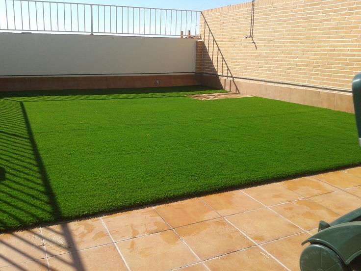 Jardines ejemplares de allgrass con c sped artificial a - Cesped artificial terraza ...