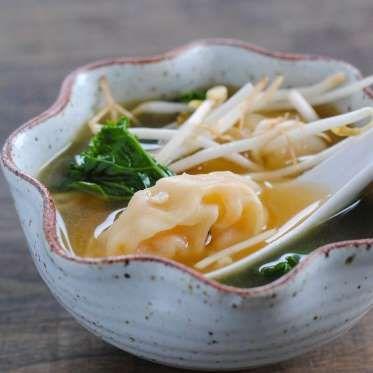 Ajouter un peu de chou frisé dans la soupe won-ton, c'est la rendre encore plus savoureuse. Voir le ... - Photo Pinterest