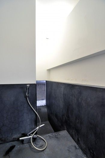 1階奥にある浴室。狭いスペースが広く感じられるように、床から掘り下げられている。