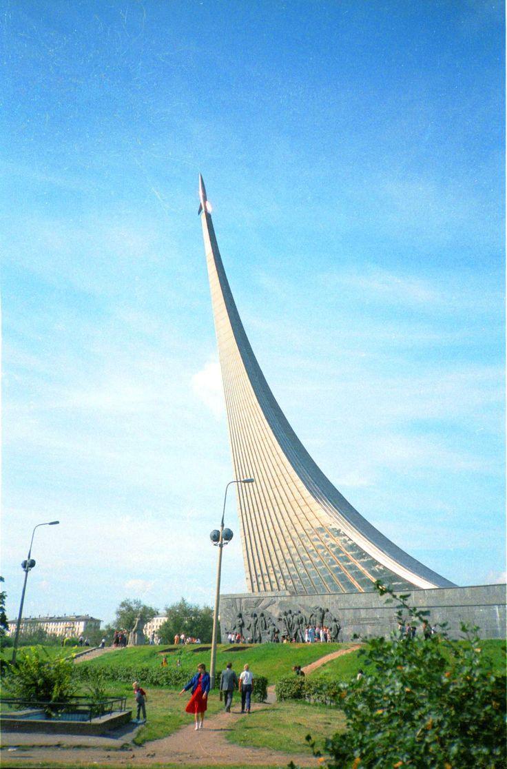 Покорителям космоса - монумент недалеко от ВДНХ. Москва, 1985 год
