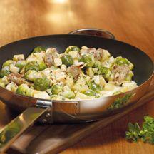 Rosenkohlpfanne mit Schweinefilet  9    1 Stück Schalotte/n      400 g Kartoffeln, festkochend      500 g Rosenkohl      240 g Schweinefilet    4 Stück Macadamianüsse, gehackt    1 TL Walnussöl, (ersatzweise Pflanzenöl)    1 Prise(n) Jodsalz    1 Prise(n) Pfeffer    250 ml Gemüsebrühe, zubereitet, (1 TL Instantpulver)      3 EL Frischkäse (bis 1 % Fett absolut)    1 EL (gehackt) Majoran