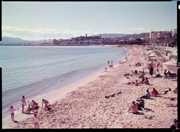 "France, plage de Cannes, années 1950 – 1960 Ministère du Tourisme, film inversible couleur type ""Ektachrome"", dimensions: 9 X 12 cm. Archives nationales, 20000333/ 1 © Archives nationales / France"