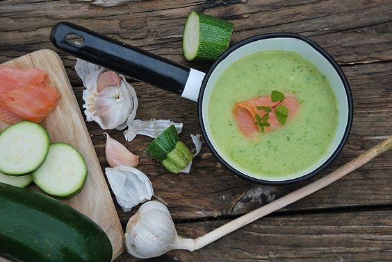 Krem z cukinii to lekka i jednocześnie sycąca zupa w pięknym, zielonym kolorze.Do zupy dodałam cukinię ze skórką. W takiej formie dodaję ją też do l