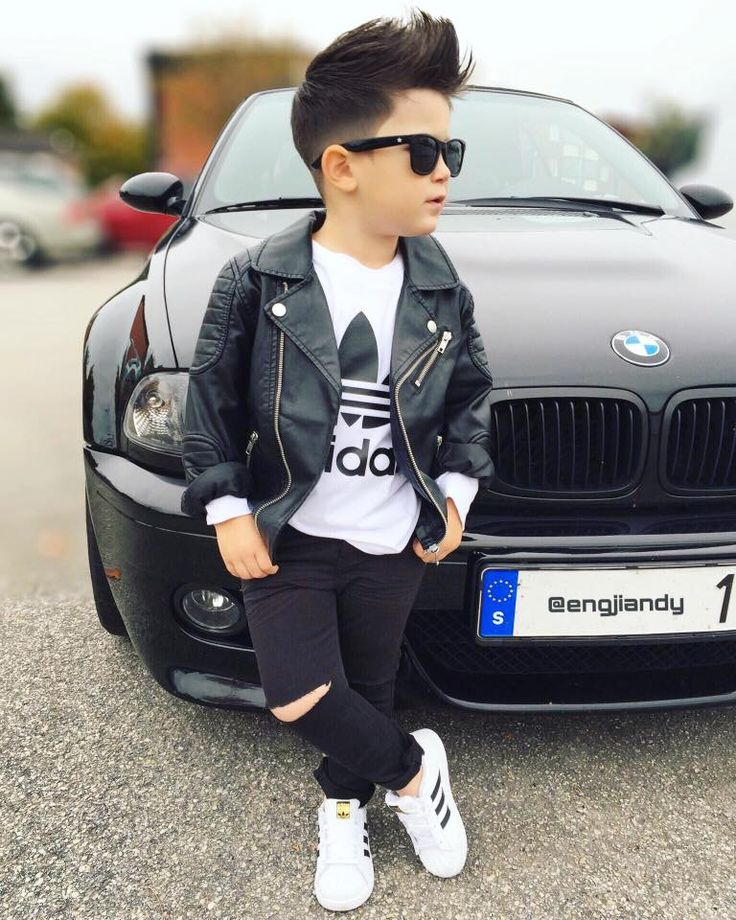 ♕♕ Vaqueros negros rotos, adidas blancos, camiseta de adidas, chaqueta de cuero en negro y gafas ♥♥