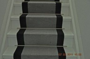 Traploper grijs op witte trap