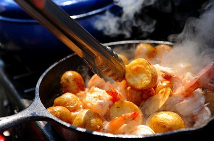 """スキレットレシピで人気のものから料理本まで大紹介!どんな料理も作れてしまう可能性を秘めた魔法の""""フライパン""""。ご家庭での毎日の食卓のみならず、キャンプやアウトドア飯でも大活躍すること間違いなし。お手軽&豪快なスキレットレシピをお届けします!"""