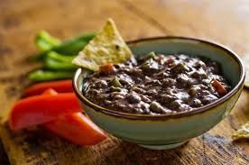 Cucina Internazionale: Messico  Ingredienti:per 4 persone:  800 g di fagioli pinto in scatola, 1.2 dl di birra messicana, 175 g di cotenna di maiale, 115 g di chili (peperoncino) jalapenos in salamoia,