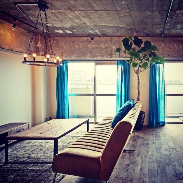 timudonさんの、観葉植物,ソファ,コンクリート打ちっ放し,シャンデリア,カーテン,足場板テーブル,築36年,リノベーション,Lounge,のお部屋写真