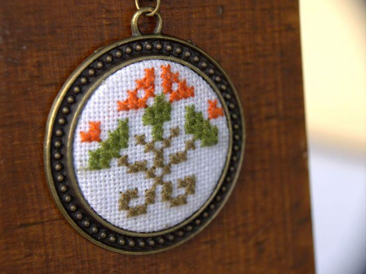 Turuncu Etnik Çiçekli Etamin Kanaviçe Kolye 4 cm çapındaki çiçek motifli kolye, nakış ipleri ile keten kumaş üzerine elde.... 239327
