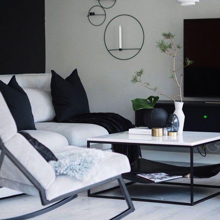 LAY  Håndlaget sofabord med hvit marmor og hylle under i svart lær. Smart detalj som hjelper deg å holde orden på nips & naps! Rammen er pulverlakkert i svart.   Bredde: 80 cm Lengde: 80 cm Høyde: 41 cm.