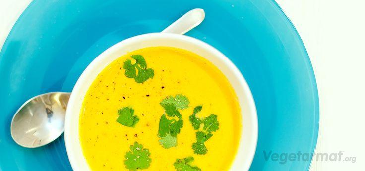 Gresskarsuppe: Suppe med frisk smak og farge. Den er enkel å lage og smaker godt med en klatt rømme, frisk koriander og varmt nanbrød. Prøv denne smakfulle vegetarretten eller en av våre mange andre vegan- og vegetaroppskrifter.