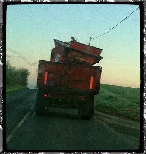 à la décharge. Des agriculteurs se débarrasseraient de la ferraille semées dans les fermes et les champs ????