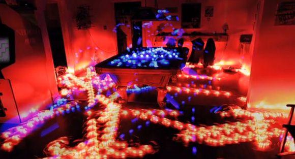 お掃除ロボットルンバにライトをとりつけ、その軌道を微速度撮影した映像。きちんと部屋の隅々をお掃除しているのがよくわかるし、赤と青のライトの光が凄くテクニカルパレード。