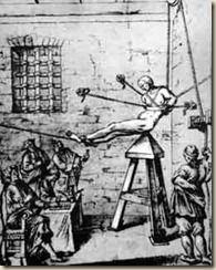 """En la cuna de Judas, también se puede sacudir a la víctima o hacerla caer repetidas veces sobre la punta. La """"cuna de Judas"""" recibe el mismo nombre en italiano, alemán y en inglés, denominándose en francés """"la veille"""" (""""la vigilia""""). En la actualidad, éste es un método muy expendido por los gobiernos latinoamericanos, con muy pocas variaciones respecto al utilizado por los inquisidores, y siendo éstas principalmente la """"mejora"""" de los cinturones y la incorporación de la electricidad."""