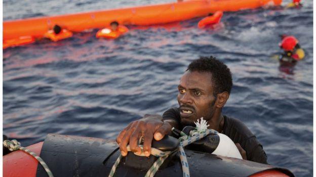 Inmigrante eritreo en un rescate frente a las costas libias