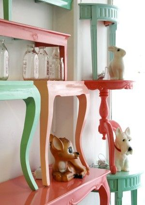 Schöne Idee für das Babyzimmer! Tische durch die Hälfte sägen und in beliebiger Farbe streichen!