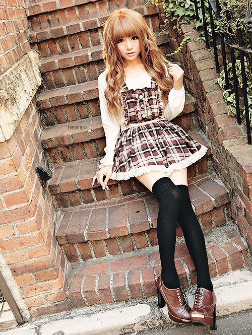 Cute, sweet gyaru: White blouse. Brown, checkered dress with white hem. Black, thigh-high socks. Brown shoes with heels and lacing.