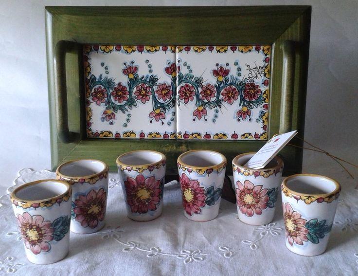 Servizio di limoncello per 6,in ceramica con vassoio in legno e ceramica., by…