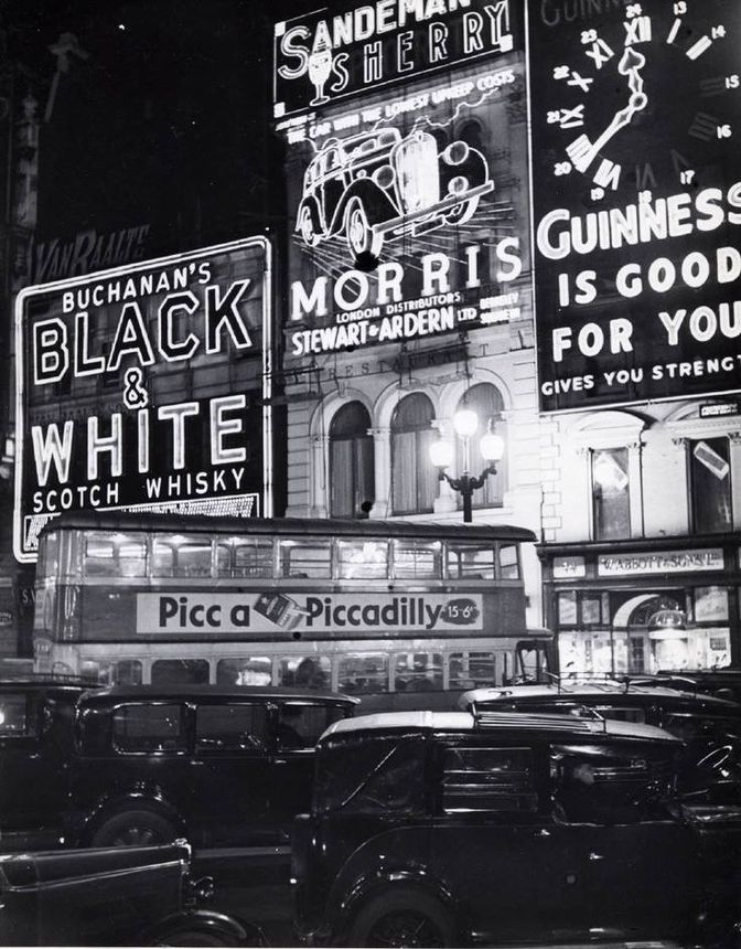 Billy Brandt, Piccadilly Circus before the blackout, 1940