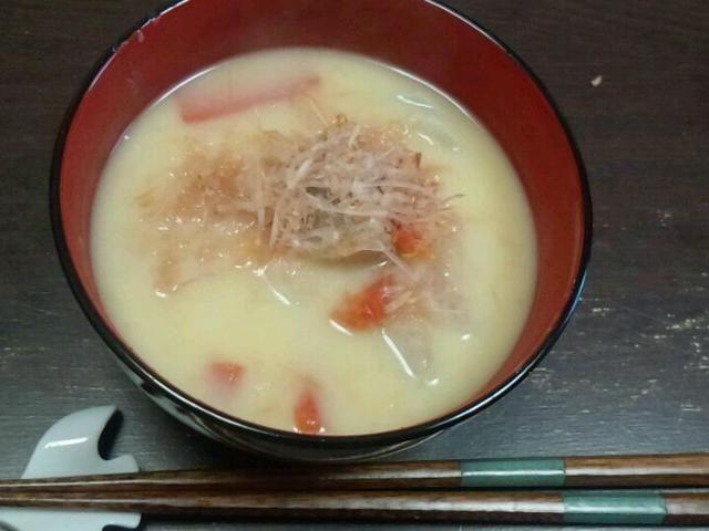 白味噌のお雑煮。京人参、雑煮大根、頭芋を入れてます。 - 3件のもぐもぐ - お雑煮(京都) by asami