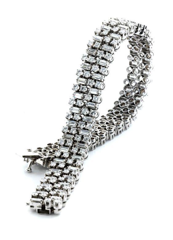 Länge: ca. 18 cm. Breite: ca. 1 cm. Gewicht: 34,4 g. Platin. Elegantes, zweireihiges Armband, im Wechsel besetzt mit hochfeinen Brillanten und Diamanten im...