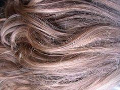 Πολλές γυναίκες λατρεύουμε να αλλάζουμε χρώμα μαλλιών. Μερικές όμως φορές καταστρέφουμε τα μαλλιά μας με τη χρήση πρέσας ισιώματος, πιστολάκι και χημικά προϊόντα. Πώς θεραπεύουμε λοιπόν τα ταλαιπωρημένα μαλλιά;