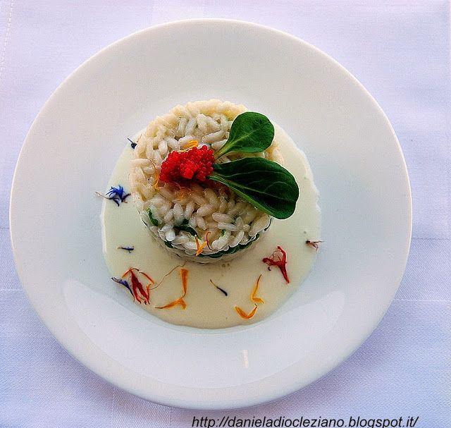 Ingredienti per 4 persone :   280 gr. di riso Carnaroli  200 gr. di piselli  70…