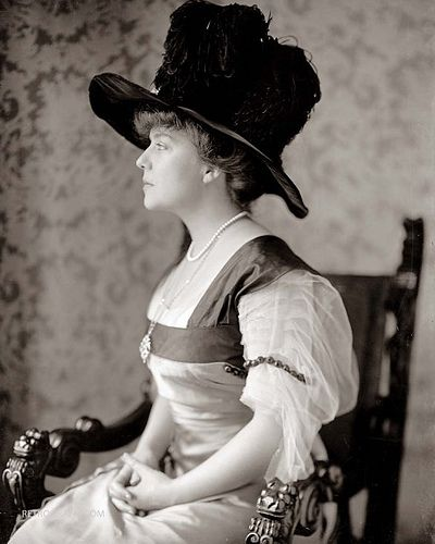 1905 Mrs. Alice Lee Roosevelt Longworth (1884 – 1980) was the oldest child of Theodore Roosevelt, the 26th President of the United States. She was the only child of Roosevelt and his first wife, Alice Hathaway Lee. 1905.