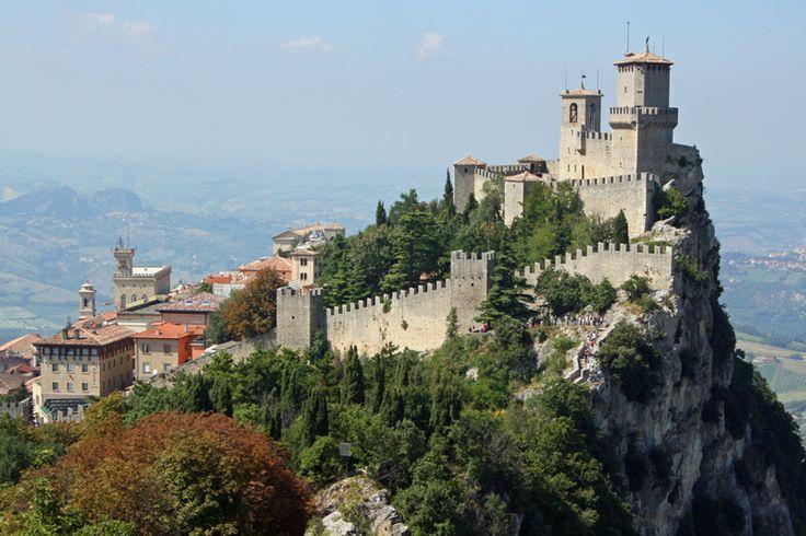 """San Marino. Vale conhecer, caminhar, ouvir a história dessa república """"plantada""""  na costa leste italiana!"""