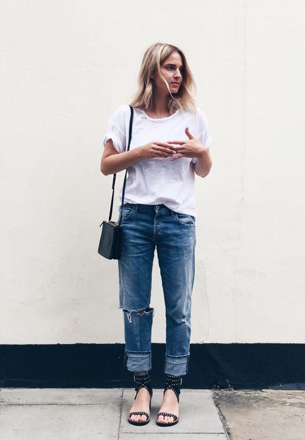 camiseta branca com calça jeans e sandália
