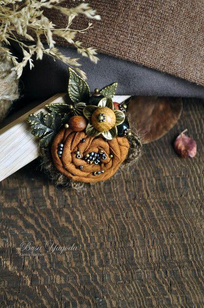 Купить или заказать Брошь 'Букет из осени...' в интернет-магазине на Ярмарке Мастеров. Маленькая, изящная брошка для осеннего и женственного образа. Небольшой цветок из хлопка расшит японским матовым бисером моноколор. Украшен небольшим букетиком из маленьких ягод, рябиновым и каштановым листочками, осенним цветком с ягодкой в центре. Цветочек обрамлен вязаной декоративной тесьмой из альпаки - тёплый завершающий акцент. Брошка не тяжелая, но для тонких тканей она не подходит.