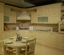 CUCINA AD ANGOLO Love the color and the cabinets!