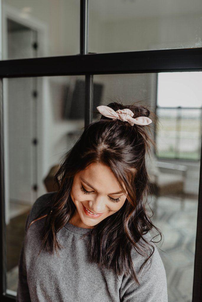 #Blush #Einfache Frisuren für mittleres Haar #Knoten #Savannah #Scrunchie Savannah Blush Knot Scrunchie Savannah Blush Knot Scrunchie