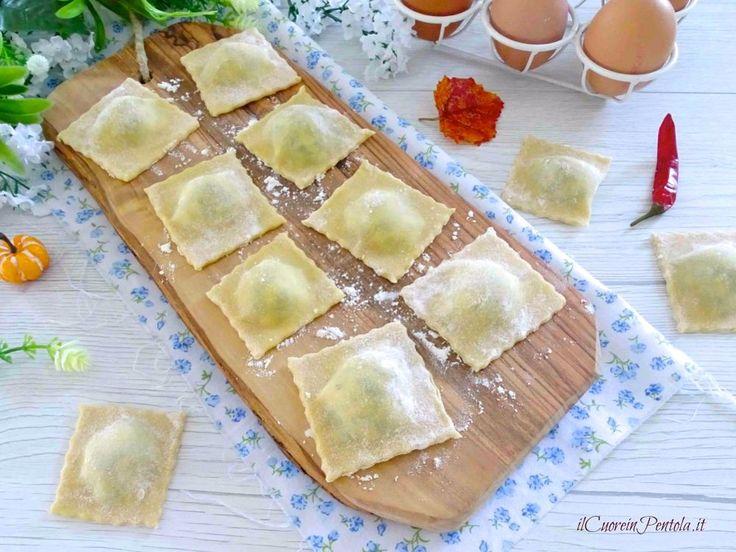I ravioli ricotta e spinaci sono dei semplici ravioli fatti in casa con ripieno di ricotta e spinaci... una vera bontà... ravioli con ricotta e spinaci
