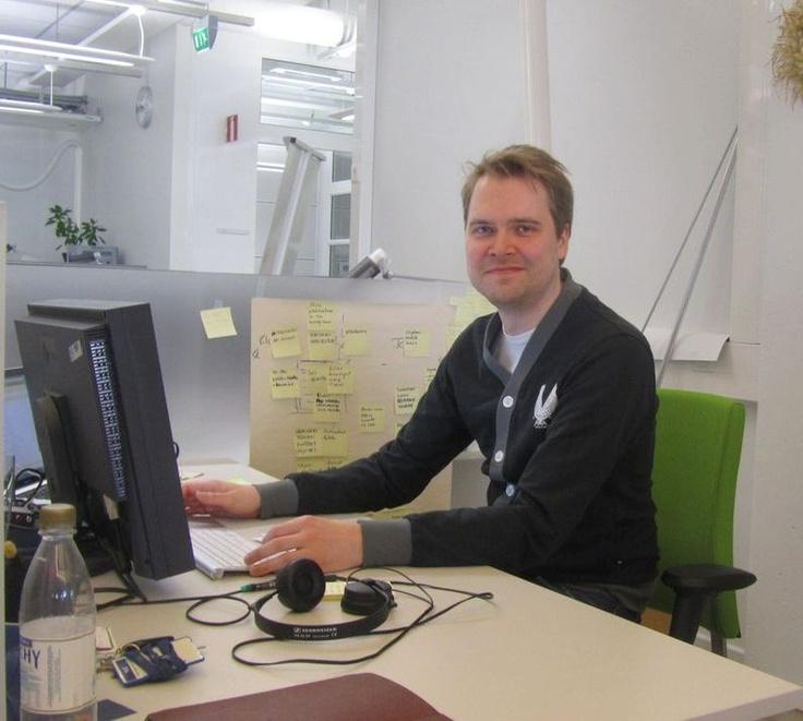 Sovellusarkkitehti Kalle Ylä-Anttila pitää työstään: tekeminen täällä on pitkäjänteistä toisin kuin esim. konsulttityössä. On hienoa tehdä juttuja, joita ihmiset oikeasti käyttävät ja joista kaikilla on mielipide. Erilaista on myös se, että tämä ei ole bisnestä, vaan työ tehdään aidosti sisältö edellä. Työ on myös avointa ja siitä saa puhua ja jakaa. Hae: http://careers.fi/yle/careers.cgi?careers_language=fin
