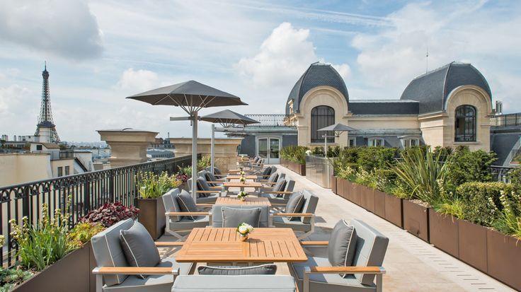 16 ème 19 av Kleber l'Oiseau  Blanc dispose d'un toit pouvant s'ouvrir aux beaux jours, ce qui en fait l'un des restaurants les plus élégants et singuliers de la capitale.