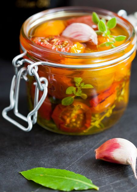 Tomatitos de color secos en conserva (gedroogde tomaatjes op olie en kruiden)