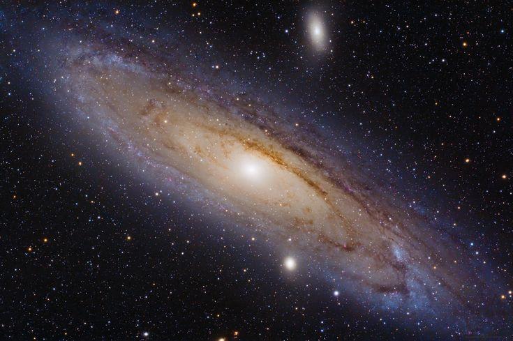Andrómeda es la galaxia grande más cercana a la Vía Láctea (hay galaxias satélite que son aun más cercanas, como las Nubes de Magallanes). Pero... ¿qué sabes de ella? #astronomia #ciencia