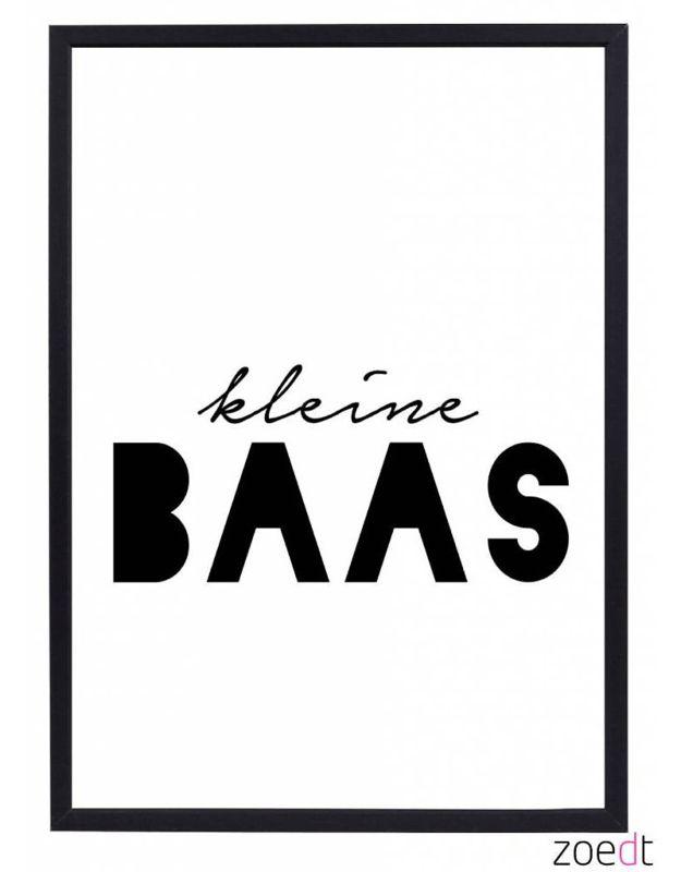 Poster Kleine baas 30 x 40 cm Poster voor de jongenskamer met de tekst Kleine Baas. Leuke zwart-wit poster voor jouw kleine Baas met een knipoog naar de straattaal. Formaat 30x40 cm. De poster wordt geleverd zonder lijst. Ook verkrijgbaar als ansichtkaart. zwartwit zwart-wit monochrome decoratie kinderkamer babykamer