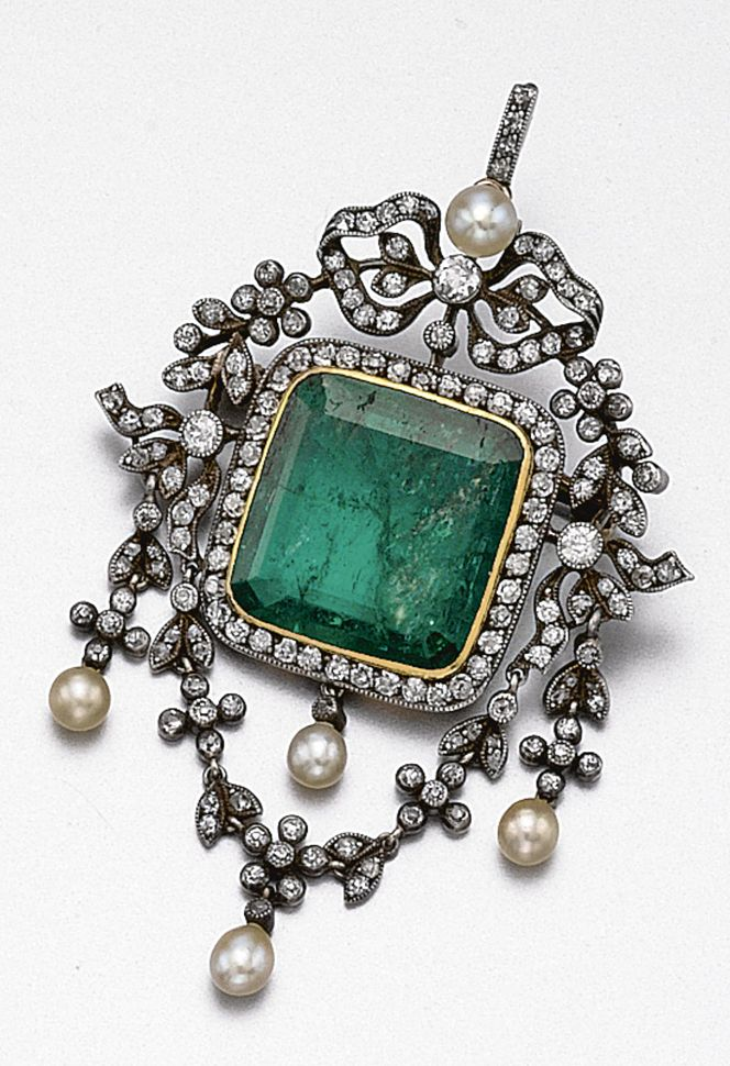 EMERALD, DIAMOND AND PEARL PENDANT-BROOCH, CIRCA 1900.  Designed as flexible garlands set with small old-mine diamonds supported by a bow at the top, centering a square emerald-cut emerald within a frame of old-mine diamonds,  further decorated with 5 pearls, mounted in gold and silver. With fitted case.