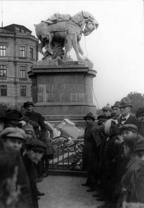 Zničená socha Márie Terézie