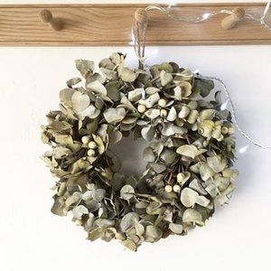Have you checked out the Heart Home shop yet? We've put together some lovely gift ideas and you'll also find some gorgeous unique Christmas decorations, including this gorgeous white berry Christmas wreath ✨✨✨ Come and have a look and be tempted! Link in profile 🙌🏼🌲❤️️