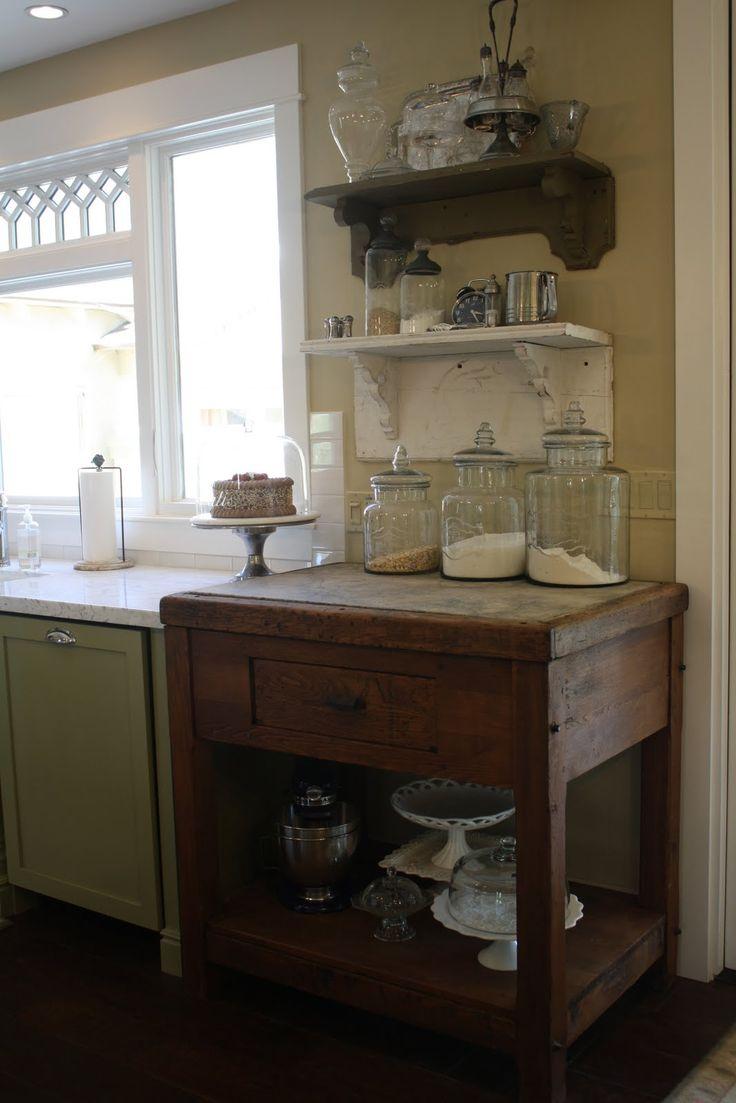 Zo'n verrijdbare houten blok tegen de muur en dan koperen pannen erboven?...antique candy maker's cabinet in Dori's kitchen