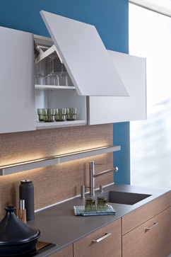 CLASSIC-FS I TOPOS meets the highest demands of modern kitchen architecture in planning, colour and use of material. Freely suspended wall units and an island resting on gliders bring a new lightness and openness to the room.