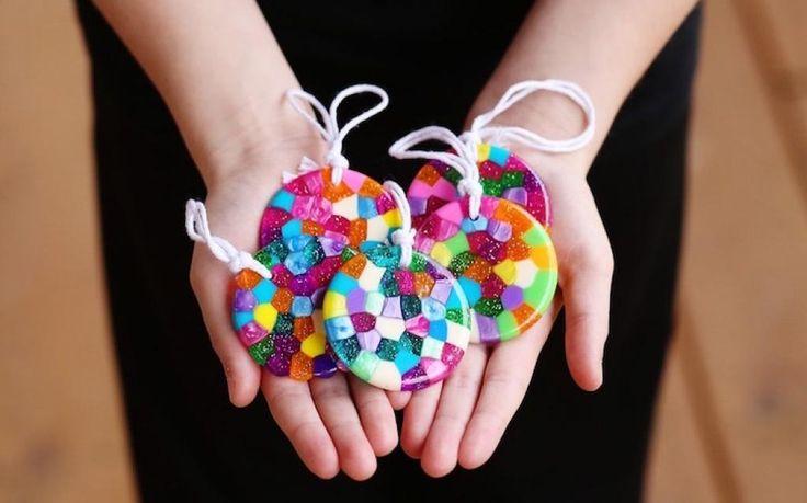 Faites fondre des perles de plastique pour bricoler de belles créations avec vos enfants!! - Trucs et Bricolages