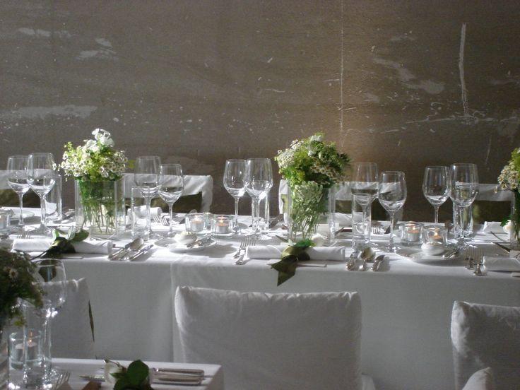 Hochzeitstafel in einem Rohbau