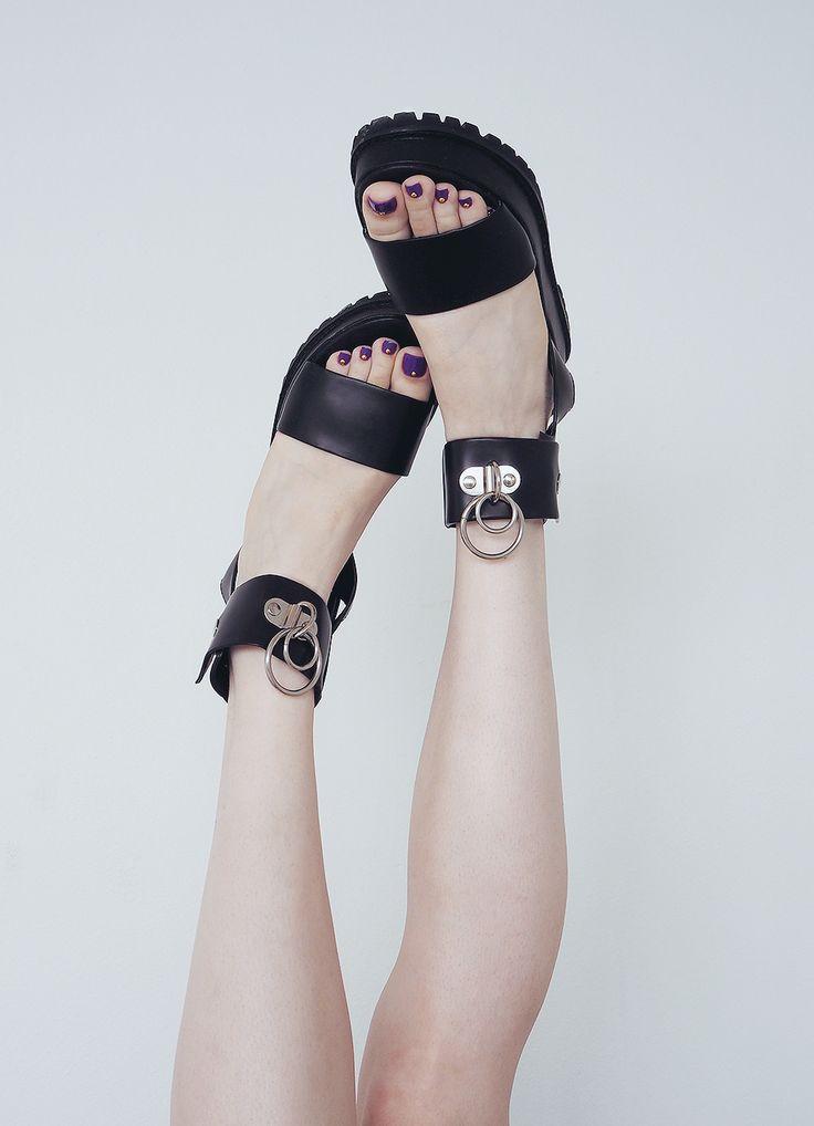 BLΛCK SΛLIVΛ » vault sandals