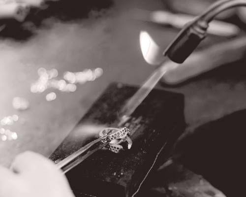 Toutes les créations Waskoll sont réalisées à la main par nos artisans joailliers à Paris