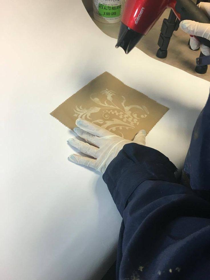 Luego de realizar el estampado con shablón sobre la tela, secar con secador hasta que no se note brillo en este.